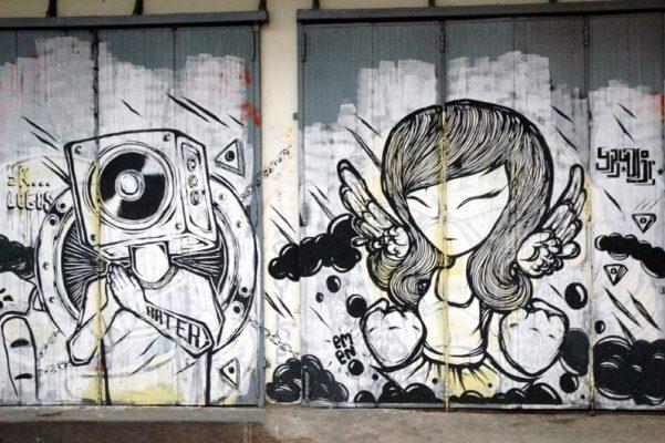 Gambar Mural Hitam Putih di Outdoor