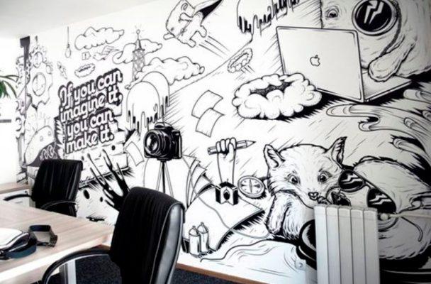 Gambar Mural Hitam Putih di Ruang Kerja